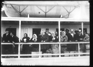Immigrants arrive in New York from Ellis Island circa 1912. (National Library of France/Public Domain)