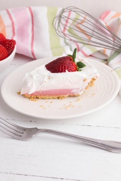 Easy No Bake Strawberry Pudding Pie